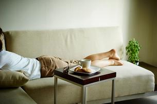 ソファでくつろぐ女性の写真素材 [FYI02057731]