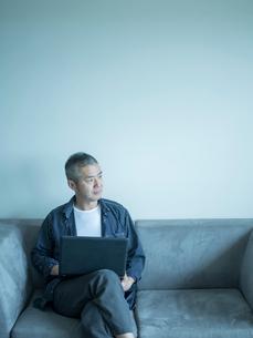 ノートパソコンを操作するミドル男性の写真素材 [FYI02057742]