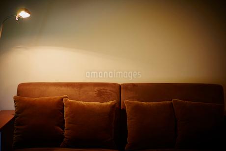 ソファと照明の写真素材 [FYI02057749]
