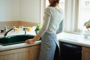 キッチンの女性の写真素材 [FYI02057753]