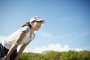 スポーツウェア姿の女性と青空の写真素材 [FYI02057754]