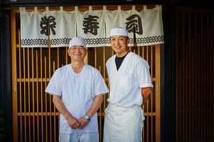 寿司屋の前に立つ寿司職人2人の写真素材 [FYI02057761]