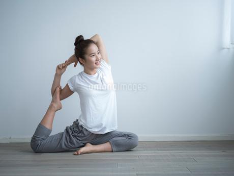 ヨガをする女性の写真素材 [FYI02057768]