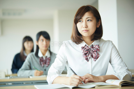 授業中の女子学生の写真素材 [FYI02057783]