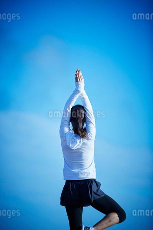 ヨガをするミドル女性の写真素材 [FYI02057784]