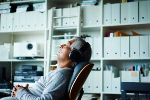 ヘッドフォンで音楽を聴くシニア男性の写真素材 [FYI02057790]