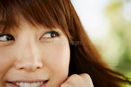 笑顔の女性のアップの写真素材 [FYI02057796]