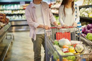 スーパーマーケットで買い物をする夫婦の写真素材 [FYI02057797]