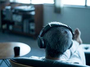 ヘッドフォンで音楽を聴くシニア男性の写真素材 [FYI02057799]