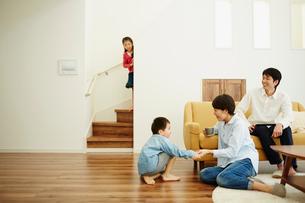 リビングルームでの家族団らんの写真素材 [FYI02057817]