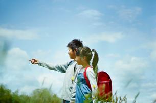 指さす小学生の男の子と女の子の横顔の写真素材 [FYI02057821]
