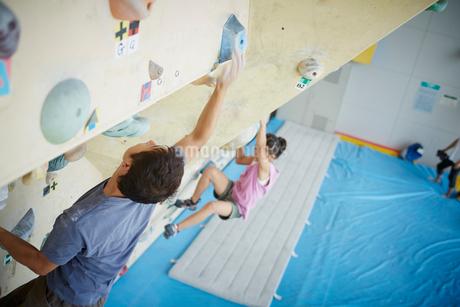 ボルダリングをする女の子と父親の写真素材 [FYI02057826]