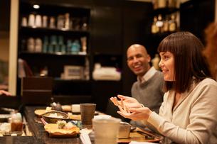 寿司屋で食事をする外国人の写真素材 [FYI02057828]