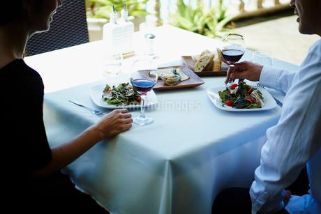 レストランで食事をするミドル夫婦の写真素材 [FYI02057829]
