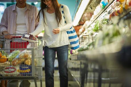スーパーマーケットで買い物をする夫婦の写真素材 [FYI02057831]