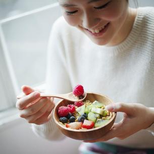 フルーツグラノーラを食べる女性の写真素材 [FYI02057833]