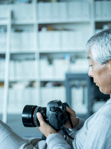 カメラを持つシニア男性の写真素材 [FYI02057842]