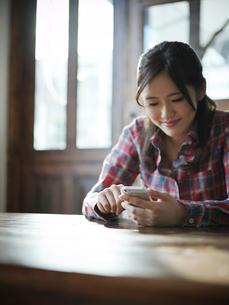 スマートフォンを操作する女性の写真素材 [FYI02057843]