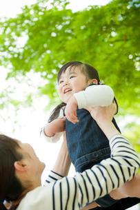 母親に抱き上げられる女の子の写真素材 [FYI02057846]