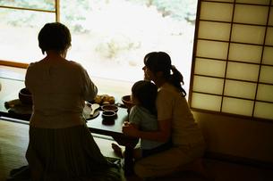 食卓を囲む三世代女性ファミリーの写真素材 [FYI02057850]