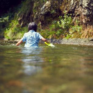 川遊びをする女の子の後ろ姿の写真素材 [FYI02057859]
