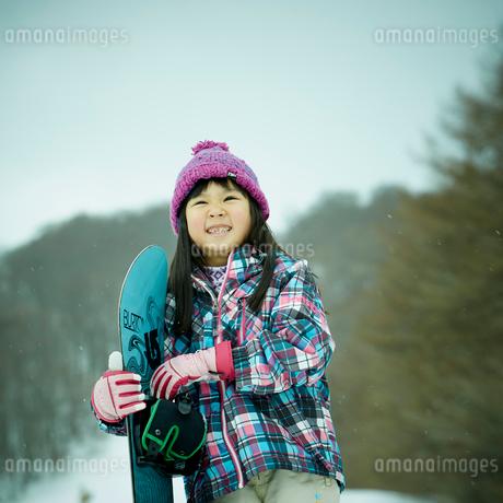 スノーボードを持つ女の子の写真素材 [FYI02057862]