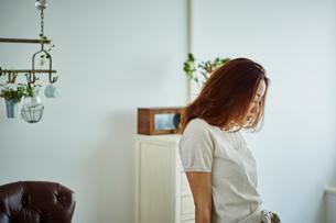 うつむく女性の写真素材 [FYI02057865]