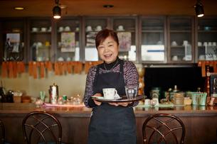 笑顔のカフェ店員の写真素材 [FYI02057881]
