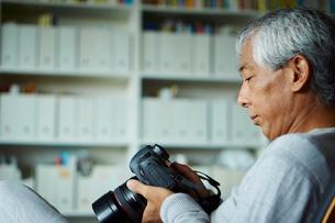 カメラを持つシニア男性の写真素材 [FYI02057885]