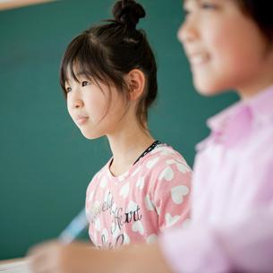 授業中の小学生の女の子と男の子の写真素材 [FYI02057886]
