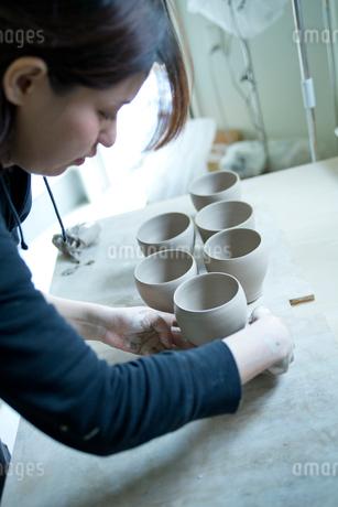 陶芸をする女性の写真素材 [FYI02057891]
