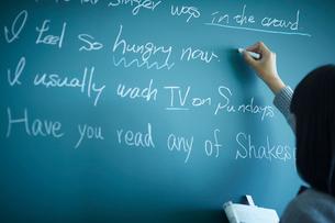 黒板に書く女子学生の写真素材 [FYI02057892]
