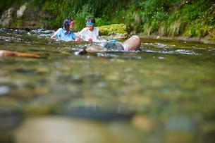 川遊びをする女の子2人の写真素材 [FYI02057900]