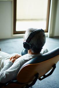 ヘッドフォンで音楽を聴くシニア男性の写真素材 [FYI02057906]