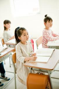 教室で勉強する小学生の写真素材 [FYI02057912]