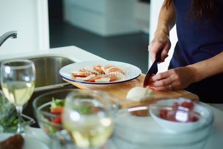 料理をする女性の手元の写真素材 [FYI02057914]