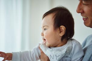 父親に抱かれる赤ちゃんの横顔の写真素材 [FYI02057918]