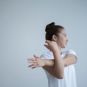 ストレッチをする女性の写真素材 [FYI02057919]