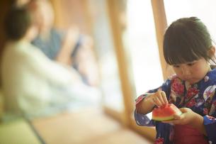 スイカを食べる浴衣姿の女の子の写真素材 [FYI02057924]