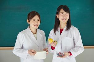笑顔の栄養士2人の写真素材 [FYI02057926]