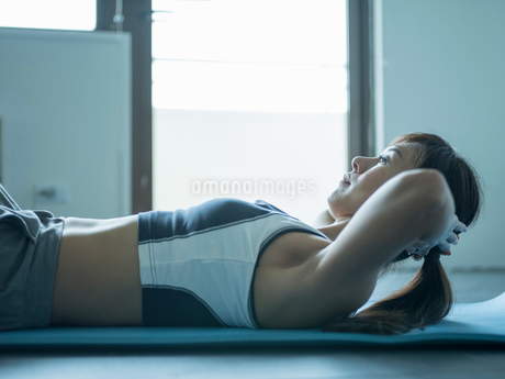 トレーニングするミドル女性の写真素材 [FYI02057927]