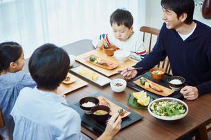 食事をするファミリーの写真素材 [FYI02057934]