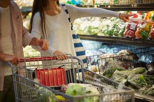 スーパーマーケットで買い物をする夫婦の写真素材 [FYI02057938]