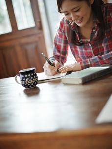 書き物をする女性の写真素材 [FYI02057952]
