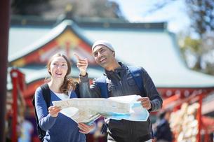 観光する外国人カップルの写真素材 [FYI02057957]