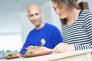 カリフォルニアロールを食べる外国人カップルの写真素材 [FYI02057960]