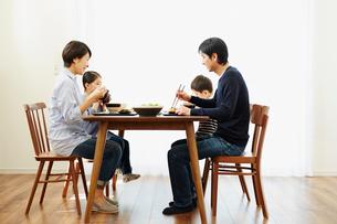 食事をするファミリーの写真素材 [FYI02057961]