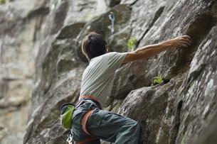 リードクライミングをする男性の写真素材 [FYI02057964]