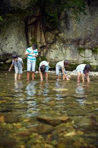 川遊びをする子供達の写真素材 [FYI02057965]