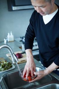 料理をするミドル男性の写真素材 [FYI02057970]
